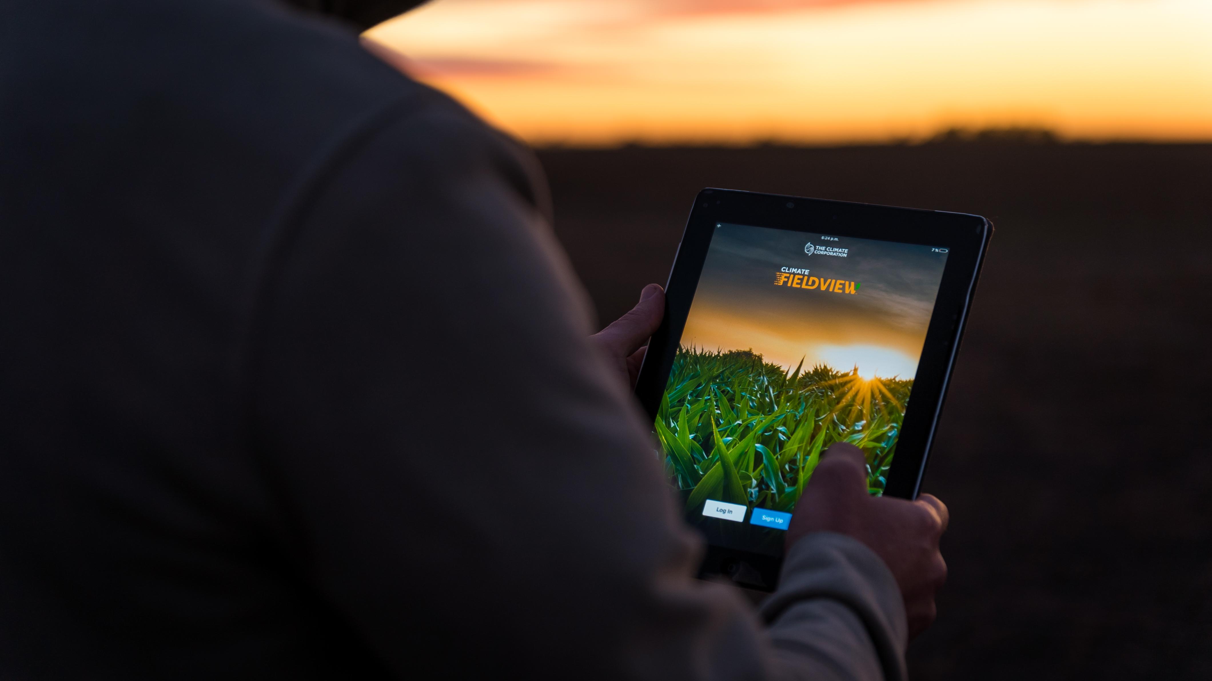 Pessoa usando o aplicativo Climate FieldView no tablet